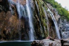 Το κύριο φυσικό ορόσημο της Κροατίας είναι οι λίμνες Plitvice με τους καταρράκτες των καταρρακτών Σμαραγδένιο σαφές κρύο νερό στο στοκ εικόνα