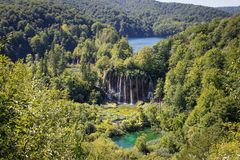 Το κύριο φυσικό ορόσημο της Κροατίας είναι οι λίμνες Plitvice με τους καταρράκτες των καταρρακτών Σμαραγδένιο σαφές κρύο νερό στο στοκ φωτογραφία