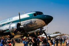 Το κλασικό δίδυμο αεροπλάνο στηριγμάτων στον αέρα παρουσιάζει Στοκ Φωτογραφίες