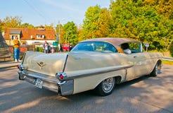 Το κλασικό αμερικανικό αυτοκίνητο σε ένα αυτοκίνητο παρουσιάζει Στοκ Εικόνα