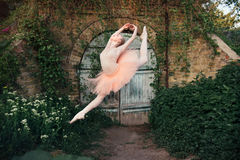 Το κλασικό μπαλέτο Ballerina χορεύοντας υπαίθρια θέτει στο αστικό backgro Στοκ Εικόνες