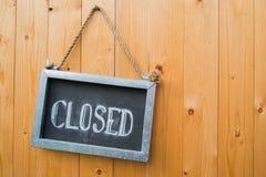 Το κλειστό σημάδι κρεμά στην ξύλινη πόρτα Στοκ εικόνες με δικαίωμα ελεύθερης χρήσης