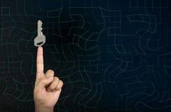 Το κλειδί στο δάχτυλο, χέρι δείχνει το κλειδί για την έννοια επιτυχίας Στοκ φωτογραφία με δικαίωμα ελεύθερης χρήσης