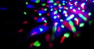 Το λάμποντας λαμπρό πολύχρωμο στάδιο ανάβει τον κυκλικό χορό disco ψυχαγωγίας μετακίνησης, προβολείς επικέντρων στο σκοτεινό, ζωη φιλμ μικρού μήκους
