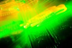 Το λέιζερ παρουσιάζει, πράσινος και πορτοκαλής σε μια λέσχη Στοκ Εικόνες