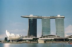 Το λέιζερ παρουσιάζει της άμμου και του κήπου κόλπων μαρινών της Σιγκαπούρης από τον κόλπο Στοκ εικόνες με δικαίωμα ελεύθερης χρήσης