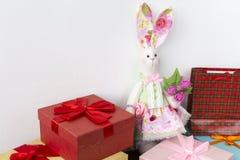 Το λαγουδάκι Tilda κάθεται στα δώρα Στοκ Εικόνες