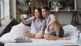 Το λατρευτό νέο ζεύγος κάνει την τηλεοπτική κλήση με το smartphone, οι νέοι μιλούν και καθμένος επάνω φιλμ μικρού μήκους