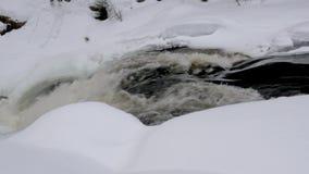 Το λειώνοντας ρεύμα ποταμών δημιουργεί τα foamy ορμητικά σημεία ποταμού κλείνει την άποψη απόθεμα βίντεο