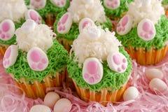 Το λεμόνι cupcakes Πάσχα άκρης λαγουδάκι μεταχειρίζεται Στοκ εικόνες με δικαίωμα ελεύθερης χρήσης