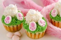 Το λεμόνι cupcakes Πάσχα άκρης λαγουδάκι μεταχειρίζεται Στοκ Φωτογραφίες