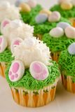 Το λεμόνι cupcakes Πάσχα άκρης λαγουδάκι μεταχειρίζεται Στοκ Φωτογραφία