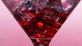 Το λεπτό ρεύμα του κόκκινου κρασιού ή του χυμού ή ένα οινοπνευματώδες κοκτέιλ χύνεται σε ένα γυαλί απόθεμα βίντεο