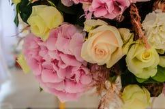 Το λεπτό υπόβαθρο του hydrangea λουλουδιών και αυξήθηκε κινηματογράφηση σε πρώτο πλάνο Στοκ εικόνα με δικαίωμα ελεύθερης χρήσης