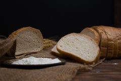 Το λευκό τεμάχισε το νόστιμο και εύγευστο ψωμί στοκ φωτογραφία