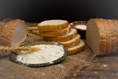 Το λευκό τεμάχισε το νόστιμο και εύγευστο ψωμί στοκ φωτογραφία με δικαίωμα ελεύθερης χρήσης