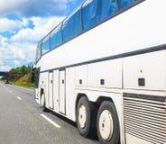 Το λεωφορείο πηγαίνει στην εθνική οδό Στοκ Εικόνα