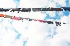 Το λινό είναι ξηρό στη σκοινί για άπλωμα ενάντια στο μπλε ουρανό στοκ εικόνες με δικαίωμα ελεύθερης χρήσης