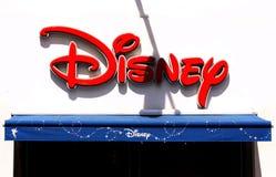 Το λογότυπο της Disney στην επιτροπή σημαδιών στο εξωτερικό του καταστήματος της Disney Στοκ Φωτογραφία