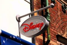 Το λογότυπο της Disney στην επιτροπή σημαδιών στο εξωτερικό του καταστήματος της Disney Στοκ Εικόνες