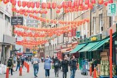 Το Λονδίνο Chinatown με το κόκκινο φανάρι που κρεμά γύρω Στοκ φωτογραφία με δικαίωμα ελεύθερης χρήσης