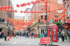 Το Λονδίνο Chinatown με το κόκκινο φανάρι που κρεμά γύρω Στοκ φωτογραφίες με δικαίωμα ελεύθερης χρήσης