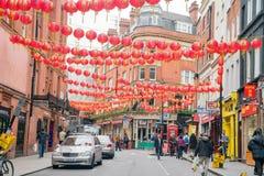 Το Λονδίνο Chinatown με το κόκκινο φανάρι που κρεμά γύρω Στοκ Εικόνες