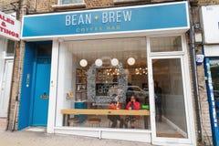 Το Λονδίνο/το UK - 15 Ιουνίου 2019 - φασόλι και παρασκευάζει τον ανεξάρτητο φραγμό καφέ ξύλινο σε πράσινο, Haringey στοκ φωτογραφίες