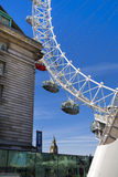 Το ΛΟΝΔΙΝΟ, UK - 14 Μαΐου 2014 - μάτι του Λονδίνου είναι μια γιγαντιαία ρόδα Ferris που ανοίγουν Στοκ φωτογραφία με δικαίωμα ελεύθερης χρήσης