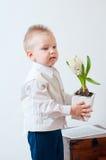 το λουλούδι αγοριών δίνει λίγα του Στοκ Φωτογραφία