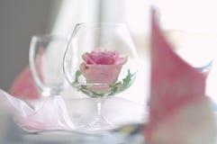 Το λουλούδι αυξήθηκε σε ένα γυαλί όπως την επιτραπέζια διακόσμηση στοκ εικόνες