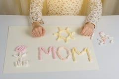 το λουλούδι ημέρας δίνει το γιο μητέρων mum δώρο στο παιδί mom, σύροντας ένα applique από marshmallow Στοκ εικόνες με δικαίωμα ελεύθερης χρήσης