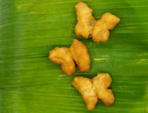 Το λουρί Ko, ζευγάρια PA της συνδεδεμένης ζύμης τηγάνισε τα ραβδιά, στην μπανάνα στοκ εικόνες