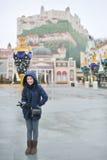 το λούνα παρκ ενέργειας χαλαρώνει την ταξιδιωτική γυναίκα Στοκ εικόνες με δικαίωμα ελεύθερης χρήσης