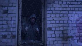 Το λυπημένο άστεγο άτομο φαίνεται έξω το παράθυρο φιλμ μικρού μήκους