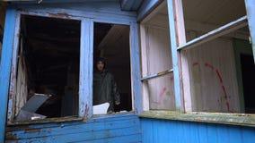 Το λυπημένο άστεγο άτομο φαίνεται έξω το παράθυρο απόθεμα βίντεο