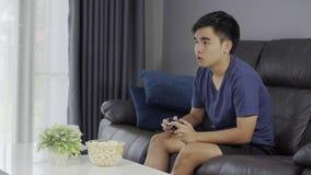 Το λυπημένο άτομο που παίζει τα τηλεοπτικά παιχνίδια και χάνει απόθεμα βίντεο