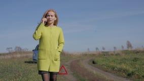 Το λυπημένο γοητευτικό σπασμένο αυτοκίνητο επιχειρησιακών γυναικών πλησίον στον αγροτικό δρόμο καλεί το κινητό τηλέφωνο κίνηση αρ φιλμ μικρού μήκους