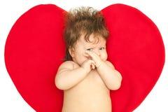 Το λυπημένο μωρό ενάντια στην καρδιά Στοκ Εικόνες