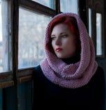 Το λυπημένο νέο κοκκινομάλλες κορίτσι, ένα λυπημένο κορίτσι κοιτάζει με ένα μαντίλι στο κεφάλι της Λυπημένο δραματικό πορτρέτο Στοκ Εικόνες