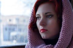 Το λυπημένο νέο κοκκινομάλλες κορίτσι, ένα λυπημένο κορίτσι κοιτάζει με ένα μαντίλι στο κεφάλι της Λυπημένο δραματικό πορτρέτο μι Στοκ φωτογραφία με δικαίωμα ελεύθερης χρήσης