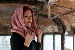 Το λυπημένο νέο κοκκινομάλλες κορίτσι, ένα λυπημένο κορίτσι κοιτάζει με ένα μαντίλι στο κεφάλι της Λυπημένο δραματικό πορτρέτο εν Στοκ Εικόνα