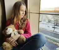 Το λυπημένο παράθυρο κοριτσιών teddy αντέχει Στοκ εικόνες με δικαίωμα ελεύθερης χρήσης