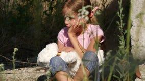 Το λυπημένο πρόσωπο παιδιών, δυστυχισμένο χαμένο κορίτσι στο κατεδαφισμένο σπίτι, άστεγοι απομακρύνεται έννοια 4K απόθεμα βίντεο