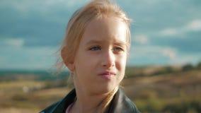 Το λυπημένο όμορφο κορίτσι εφήβων εξετάζει με το σοβαρό πρόσωπο τη κάμερα απόθεμα βίντεο
