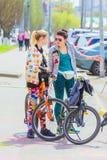 Το Μάιο του 2018 της Samara: Οι νέοι όμορφοι ποδηλάτες μιλούν στην οδό στοκ φωτογραφίες με δικαίωμα ελεύθερης χρήσης