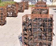 Το Μάρτιο του 2019, βραδύτατος, Φλώριδα, εκατοντάδες των παλαιών γραφομηχανών ομαδοποιείται στις σειρές των σκουριασμένων κλουβιώ στοκ εικόνες