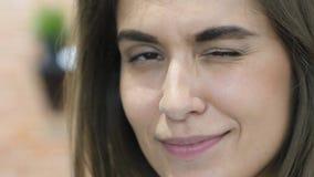 Το μάτι κλεισίματος του ματιού, κλείνει επάνω του όμορφου καλού προσώπου κοριτσιών Στοκ φωτογραφία με δικαίωμα ελεύθερης χρήσης