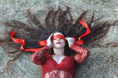 Το μάτι κοριτσιών είναι κλειστή κόκκινη κορδέλλα Στοκ φωτογραφίες με δικαίωμα ελεύθερης χρήσης