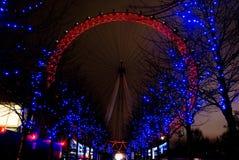Το μάτι του Λονδίνου άναψε επάνω κόκκινος και μπλε στοκ εικόνα